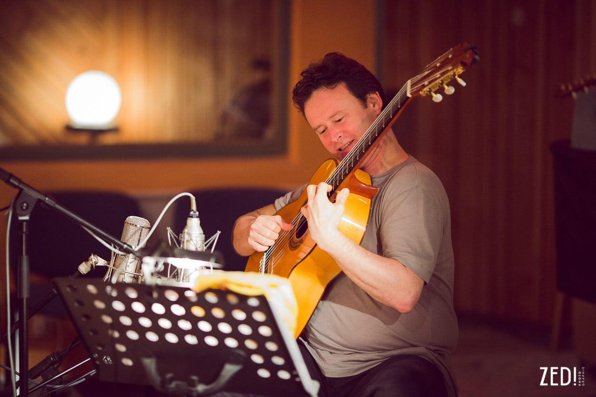 Sylvain Luc, excellent guitariste lors d'un reportage photos dans un studio d'enregistrement lors d'un album.