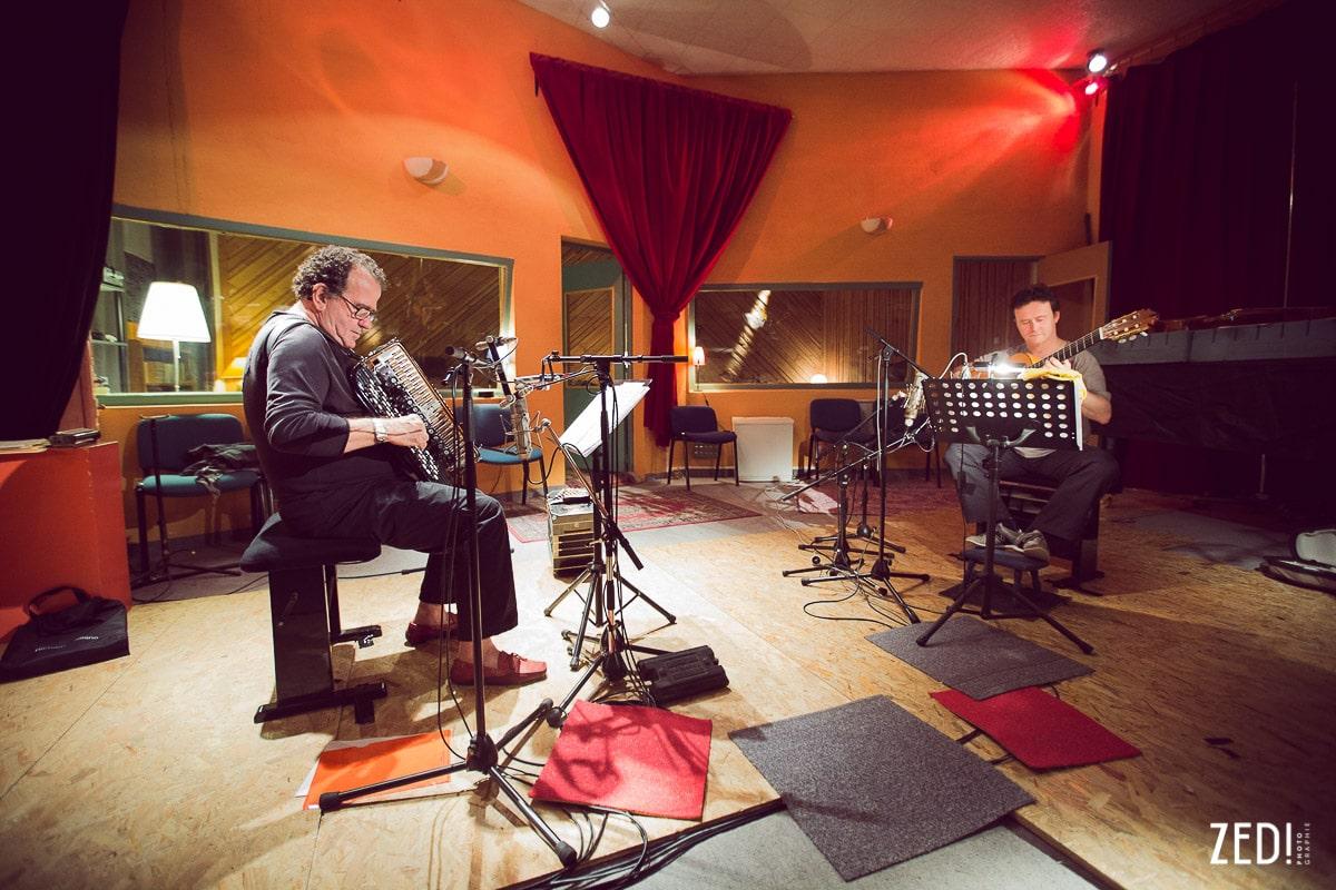 Un photographe reportage photos lors d'un enregistrement en studio de musique avec Richard Galliano et Sylvain Luc en france.