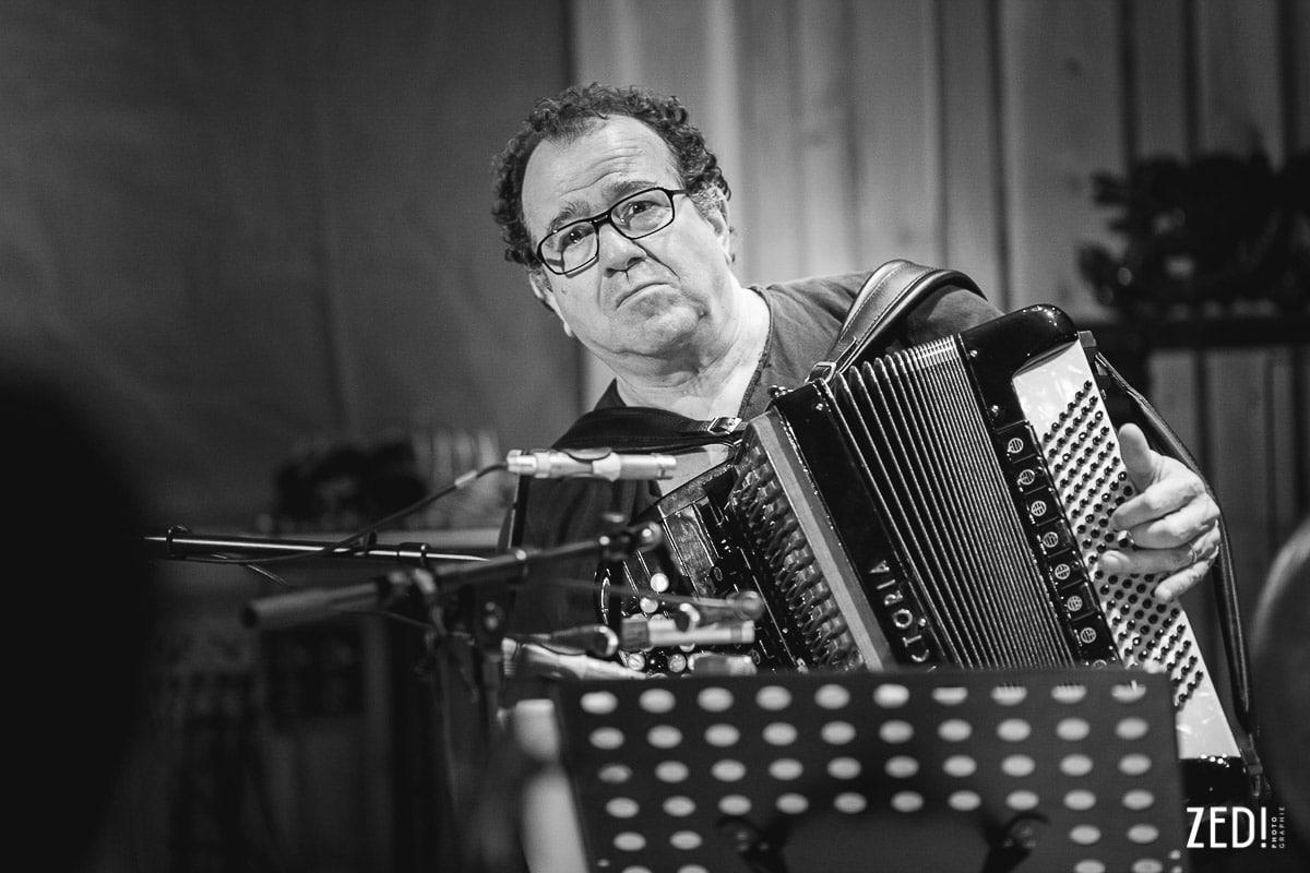 Portrait de Richard Galliano par un photographe reportage photos Lyon lors d'un enregistrement d'un album studio en Rhône Alpes.