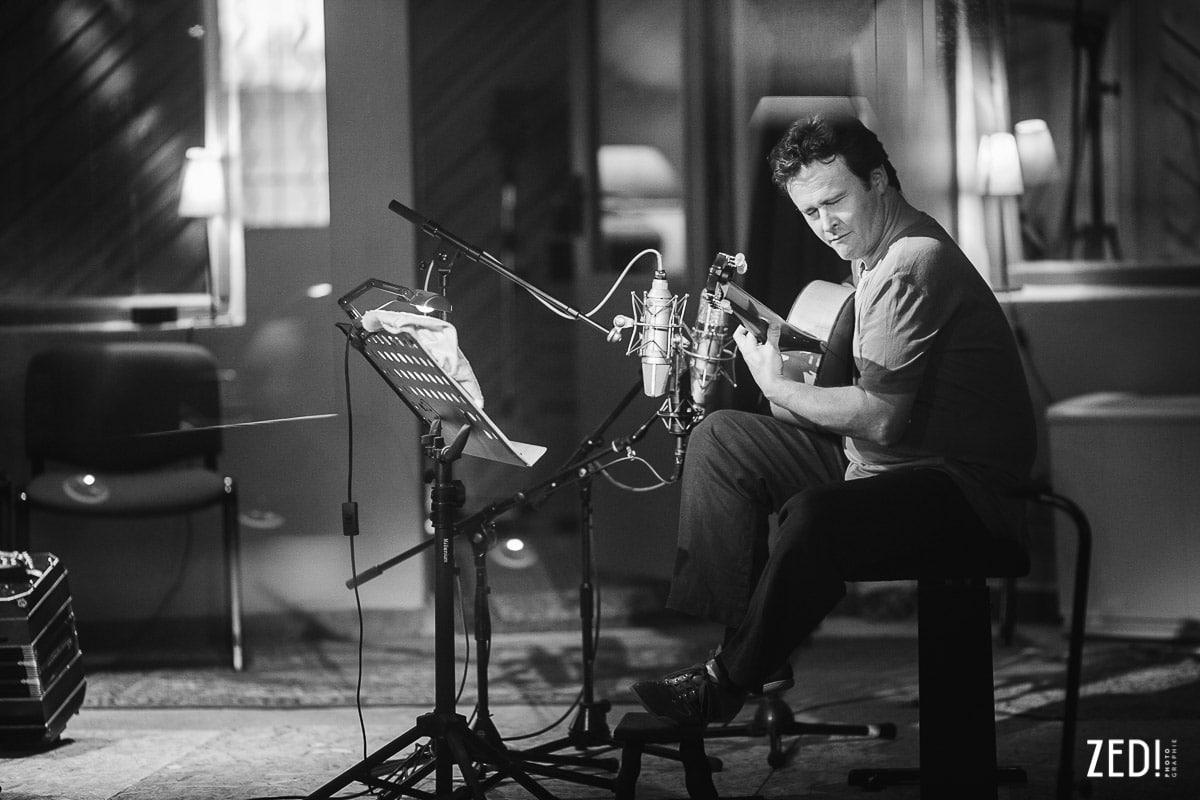 Portrait du guitariste Sylvain Luc par un photographe reportage photos Lyon lors d'un enregistrement d'un album studio en Rhône Alpes.