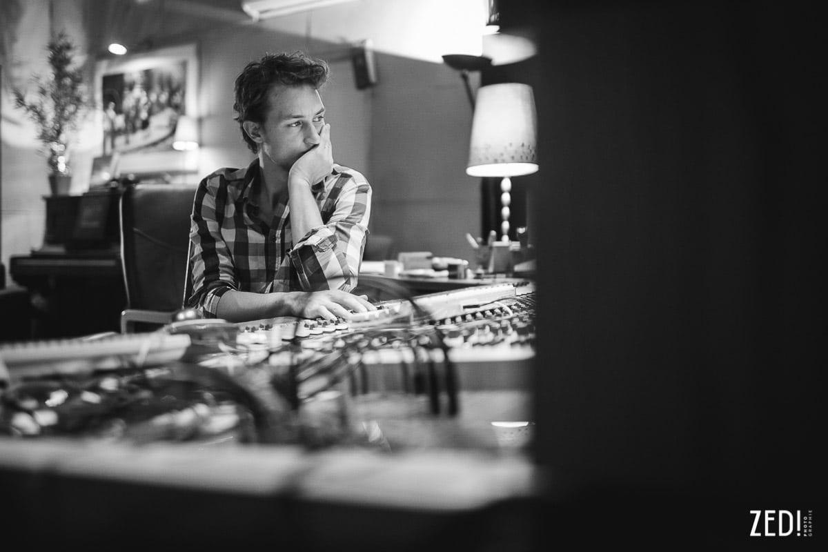 Portrait d'artiste par un photographe reportage photos Lyon lors d'un enregistrement d'un album studio en Rhône Alpes.