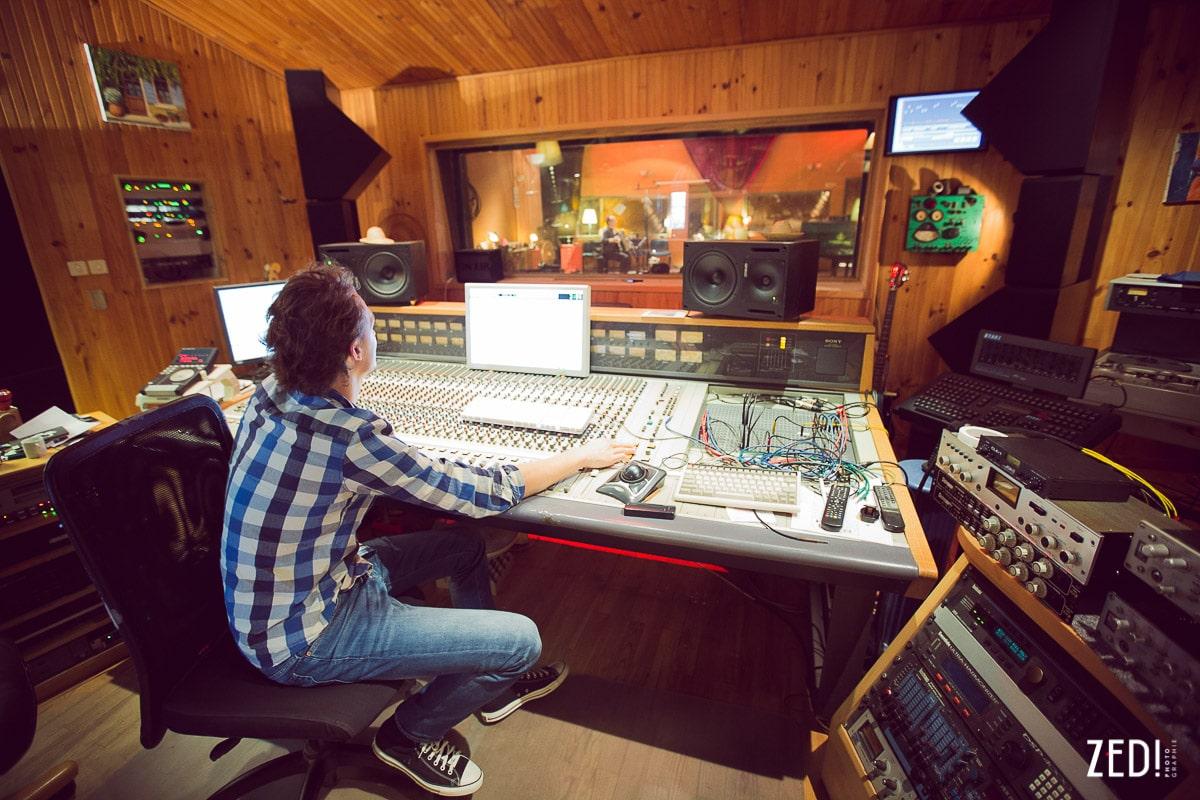 Vue large du studio d'enregistrement par le photographe reportage photos Lyon Zed Photographie avec des artistes.