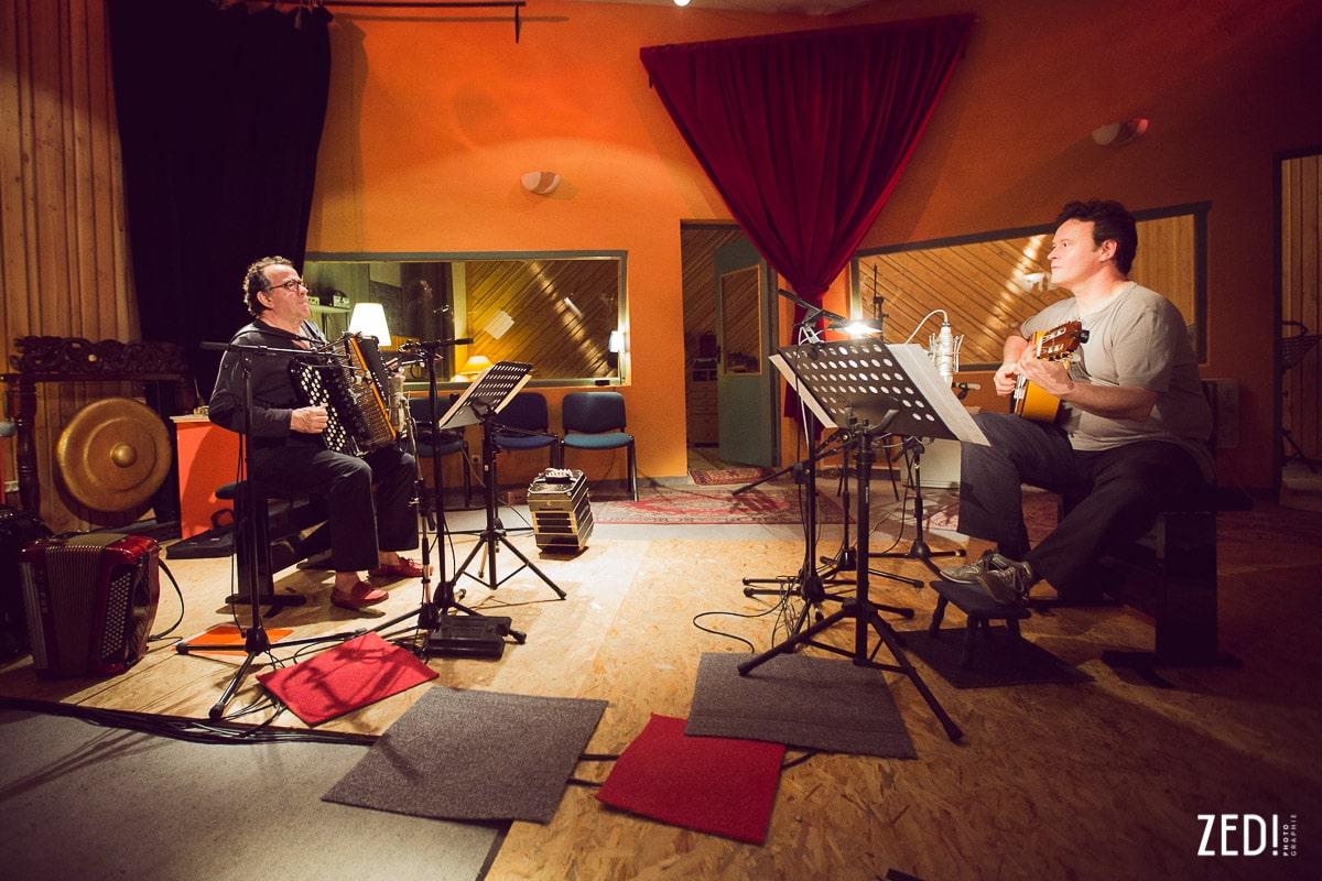 Photos reportage deux deux artistes Richard Galliano et Sylvain Luc par Zed Photographie lors d'un enregistrement studio d'un album.