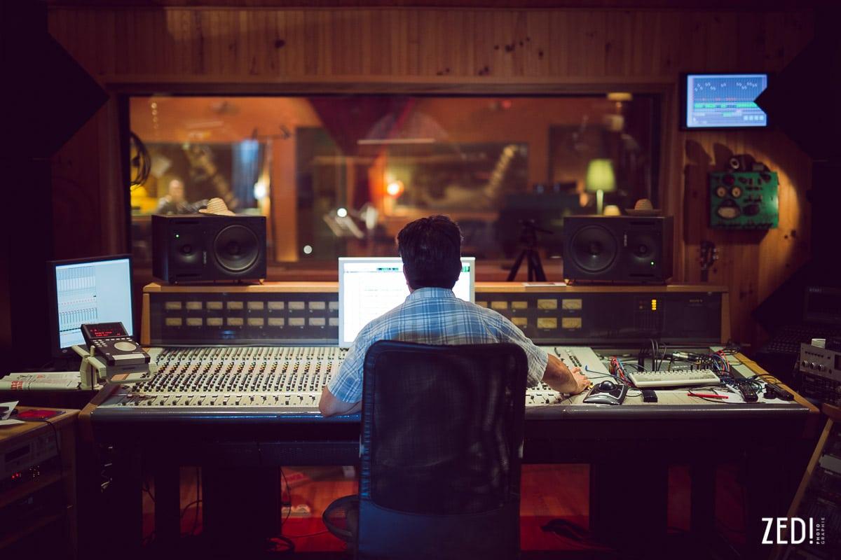 Un photographe reportage photos Lyon capture le studio lors d'un enregistrement d'un album studio en Rhône Alpes.