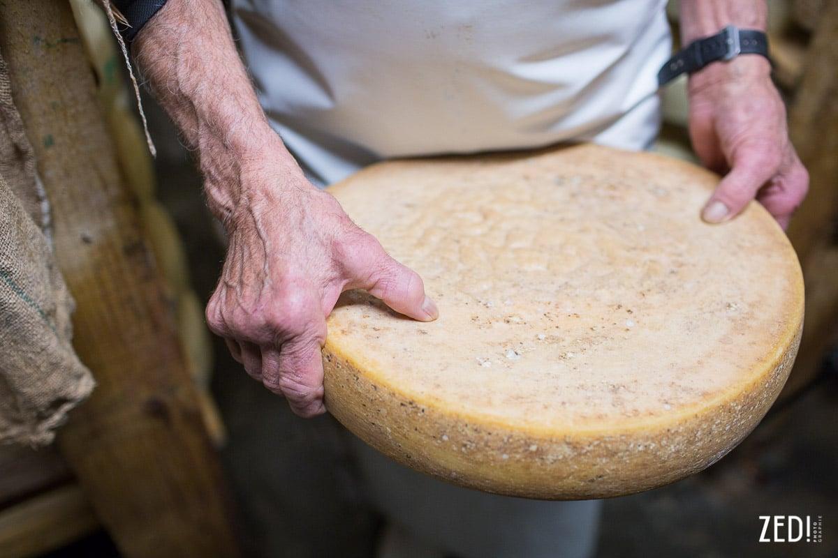 Détail de main lors d'un reportage photo en Rhône Alpes Savoie dans les Alpes françaises proches des Arcs.